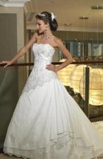 Свадебное платье облегающего силуэта с роскошной пышной.